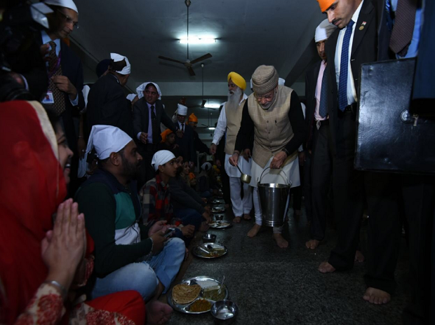 Modi becomes first PM to serve 'langar' at Golden Temple