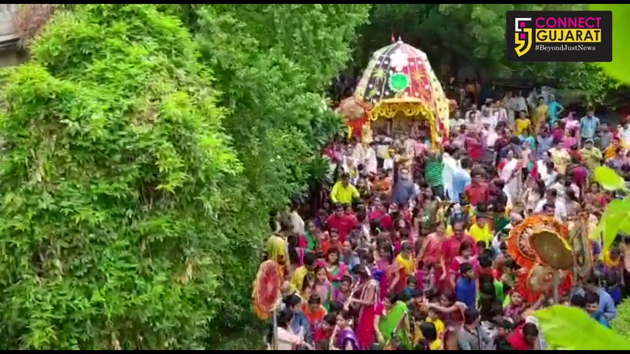 Little children pulled the Lord Rath on Rathyatra in Vadodara