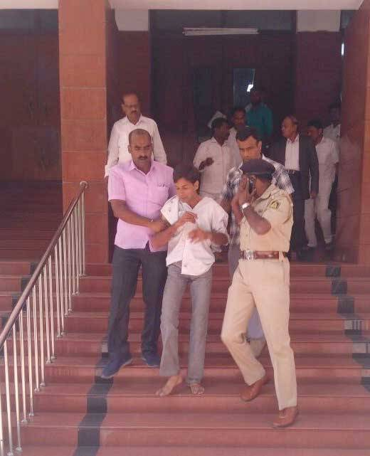 The accused caught by the security personnel
