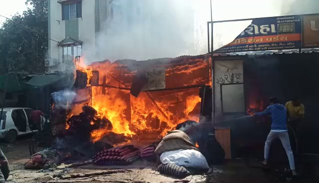Major fire inside mattress godown in Vadodara