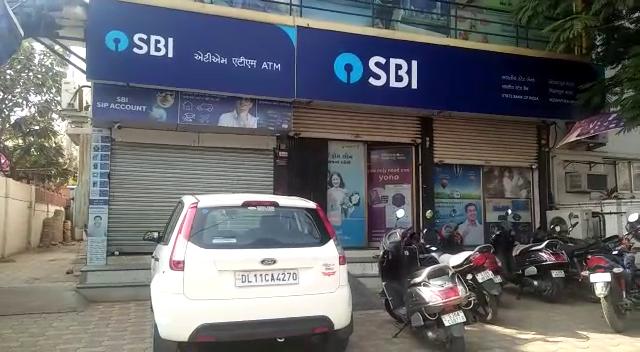 Unknown accuse tried to break SBI ATM in Vadodara
