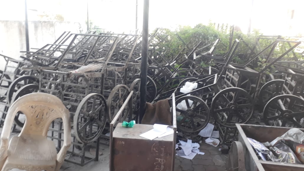 Hand carts worth crores turned into garbage at ward offices