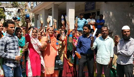 Residents of Yakutpura in Vadodara approached the Municipal commissioner with polluted water bottles