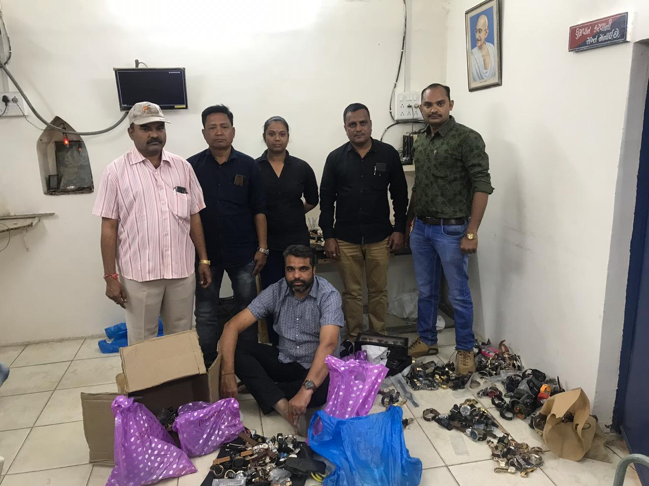 Vadodara crime branch arrested one for selling duplicate watches of branded companies