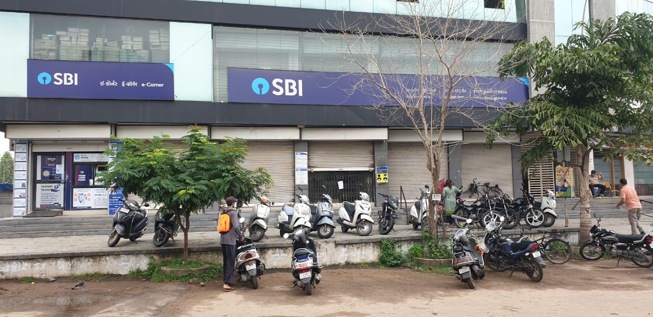 Karelibaug branch of SBI bank closed after employee tested positive of Coronavirus