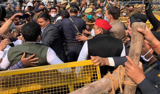 Lucknow: Akhilesh Yadav detained after he sat on Dharna to join farmer's protest