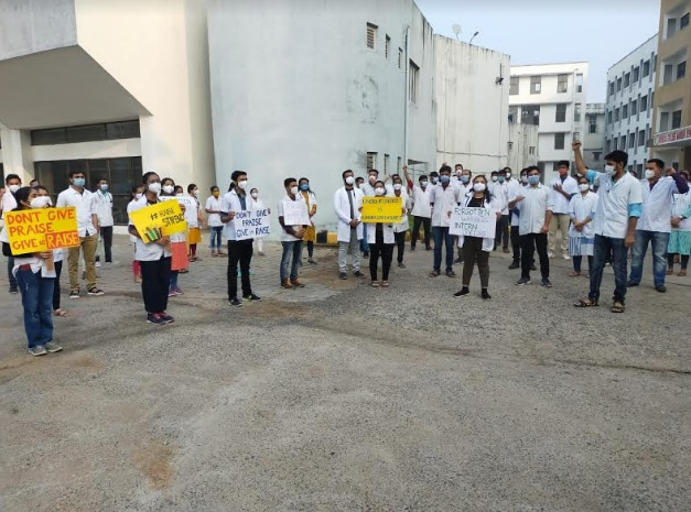 Strike continues for the third day by intern doctors in Vadodara