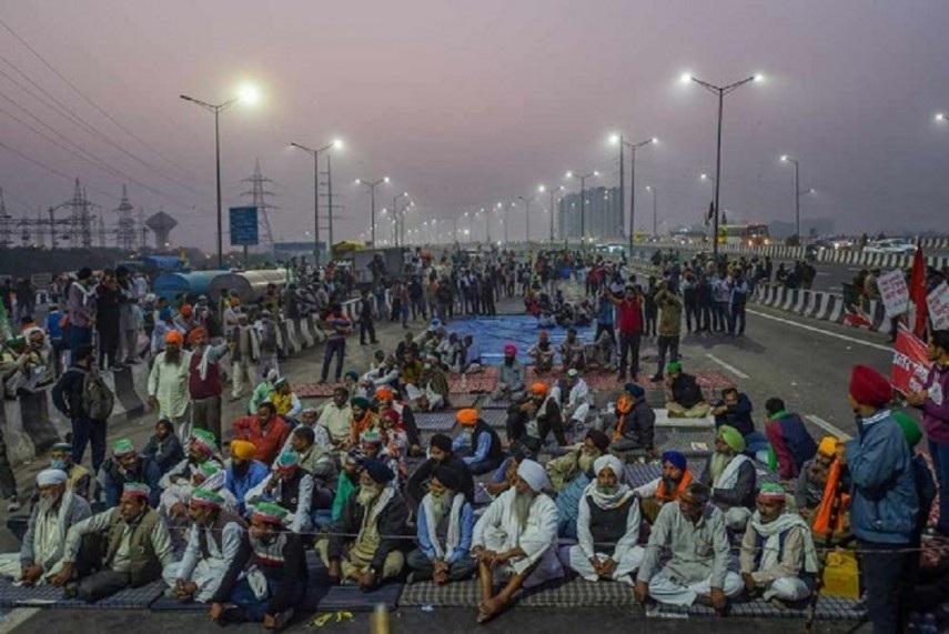 Kejriwal visits Singhu border, reviews arrangements for protesting farmers