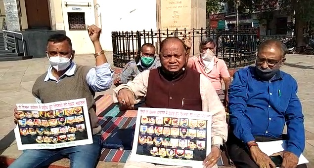 Police detained farmers sit on protest against agricultural law in Vadodara