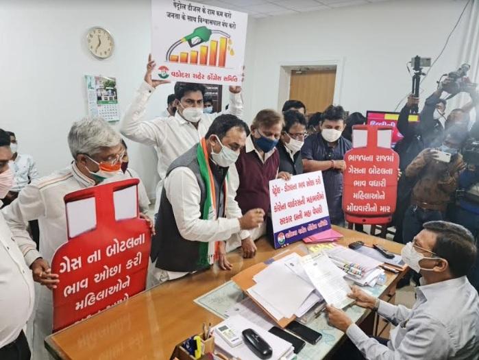 Vadodara Congress gives memorandum to Collector on its foundation day