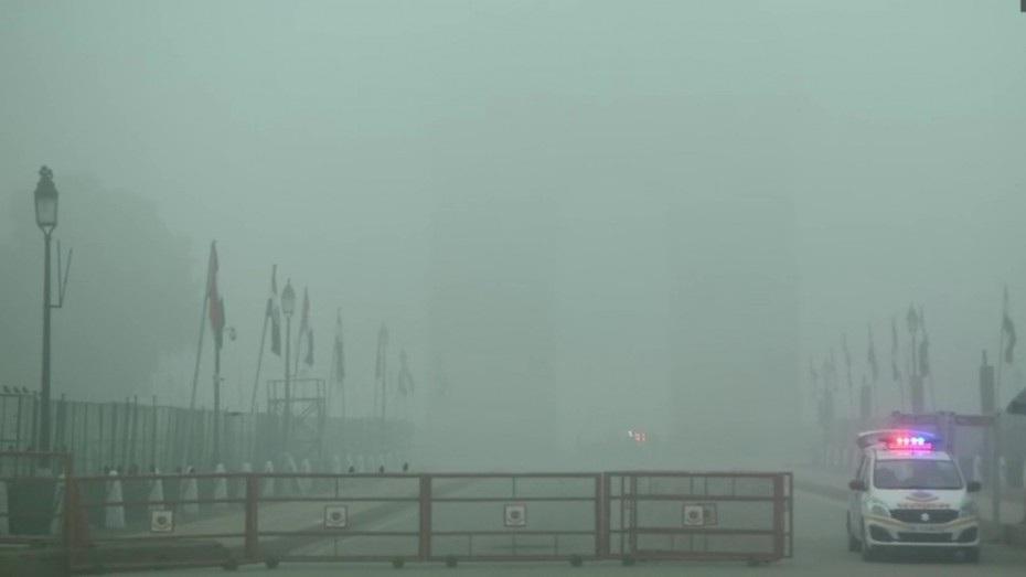 Dense fog engulfs Delhi-NCR, visibility drops
