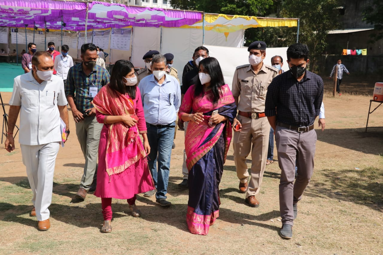 Collector and Chief Electoral Officer Shalini Agarwal inspected the election material dispatch for District-Taluka Panchayats and Savli, Dabhoi and Padra Municipalities