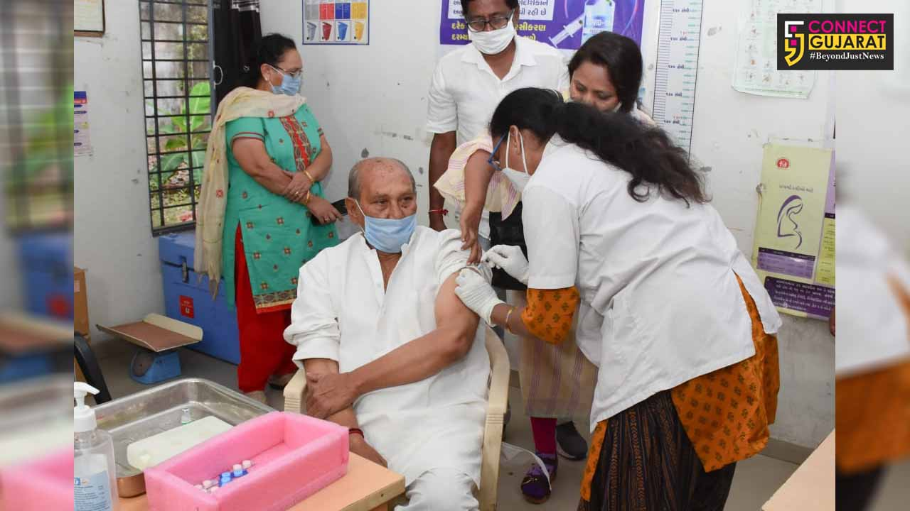 Minister of State for Narmada Development get vaccinated in corporation hospital