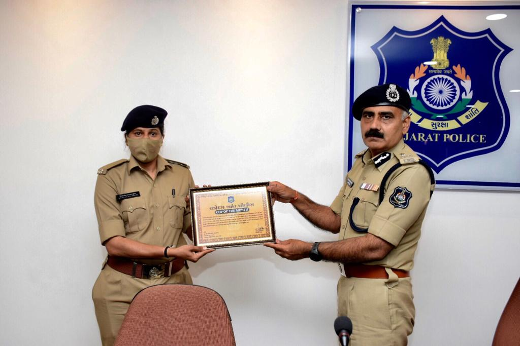 """Warasia She team receiving the award of """"Cop of the Month"""" from Vadodara police commsioner"""