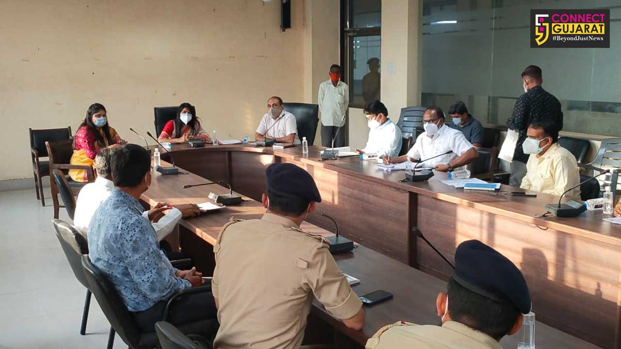 Vadodara District Collector visits Padra to review the facilities related to covid care