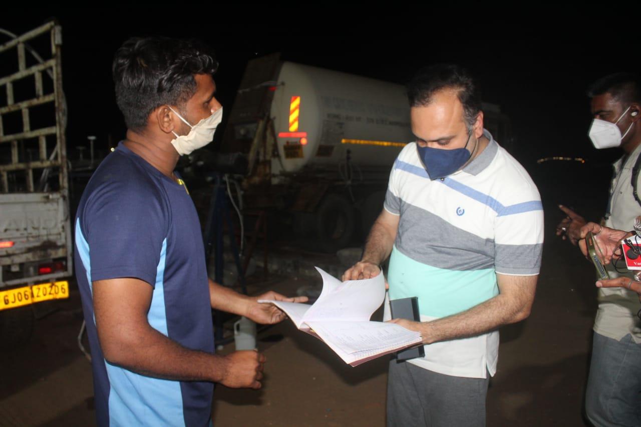 OSD Dr. Vinod Rao visited oxygen refilling centre at Navlakhi ground in Vadodara