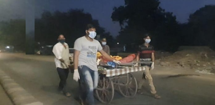 Unable to find ambulance a family in Vadodara took the body on handcart for last rites
